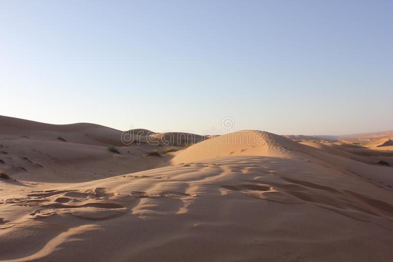 Desierto omaní en la puesta del sol foto de archivo libre de regalías