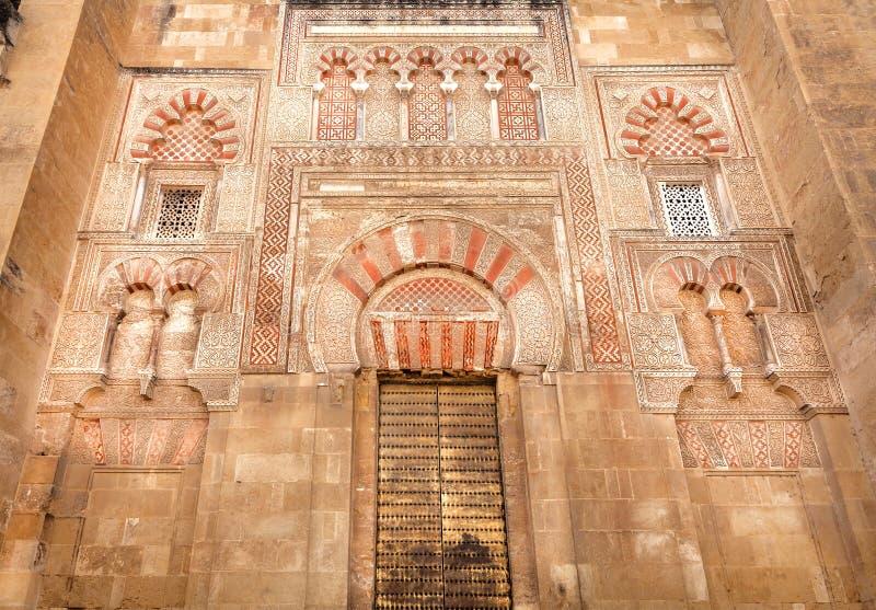 Design av den arabiska moskén för 8th århundrade, den berömda Mezquitaen, Cordoba UNESCOarvplats i Spanien royaltyfria bilder