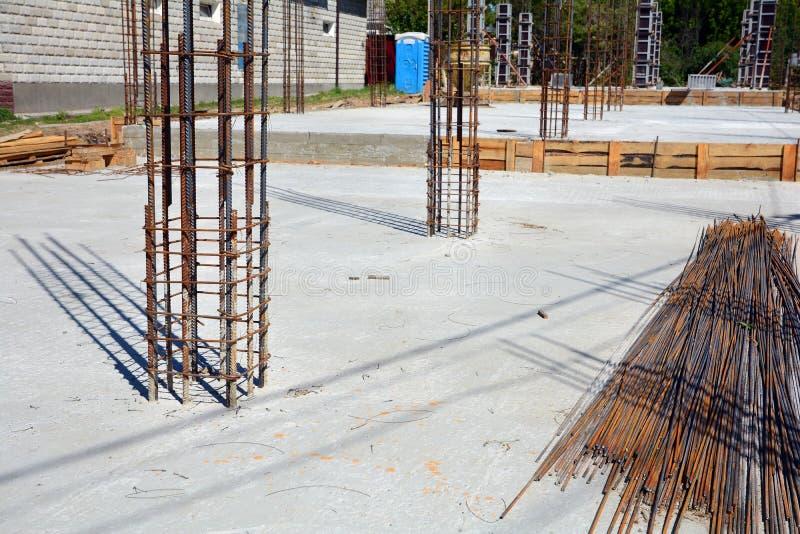 Design av förstärkta betonggrunder Konstruerat av arbetare Metallram royaltyfri foto