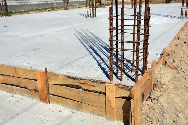 Design av förstärkta betonggrunder Konstruerat av arbetare Metallram royaltyfria bilder