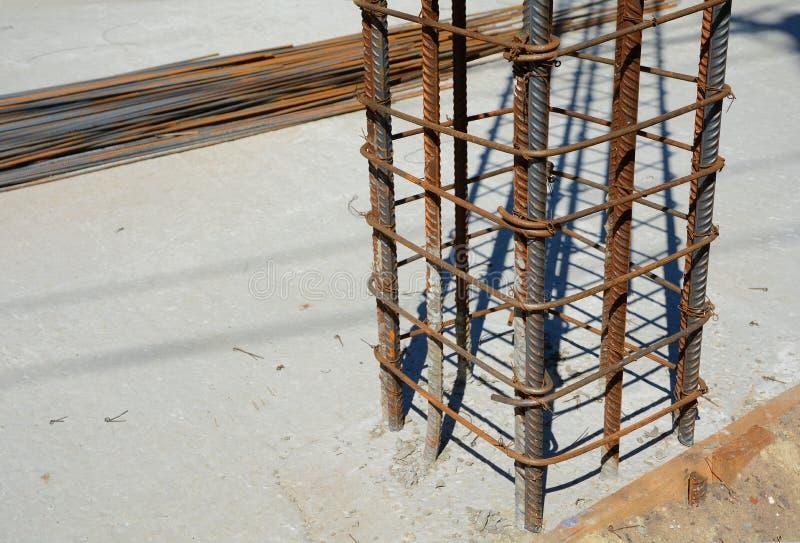Design av förstärkta betonggrunder Konstruerat av arbetare Metallram royaltyfri bild