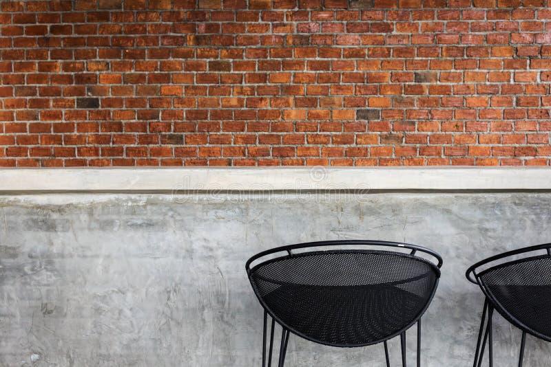Design av inre, räknarestång som göras från cement med järnplatsen royaltyfria bilder