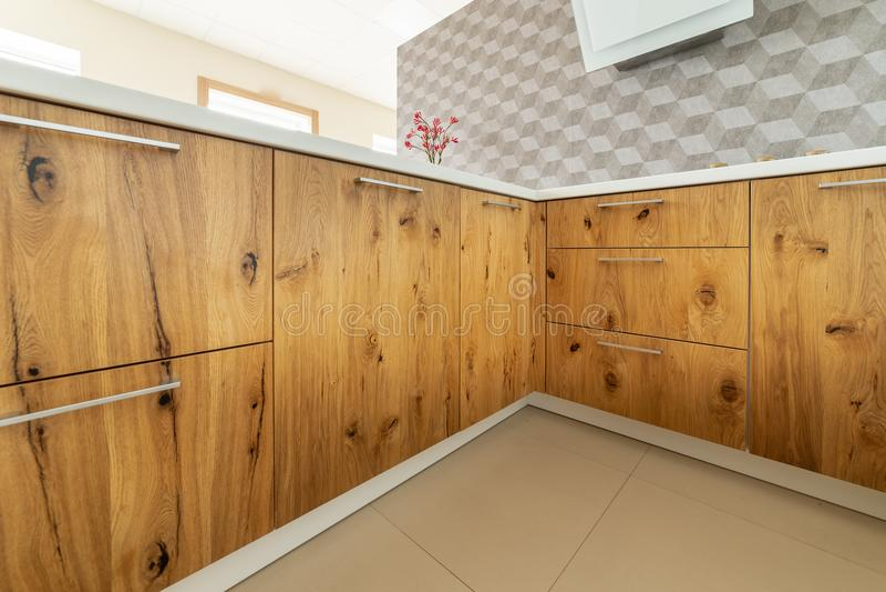 Design av köksskåp från fast trä arkivbilder