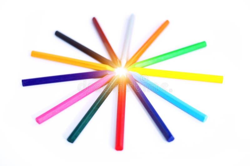 Design av många färgrika blyertspennor arkivbild