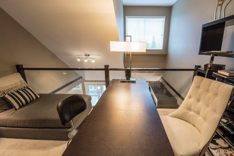 Design de interiores acolhedor do escritório domiciliário fotos de stock