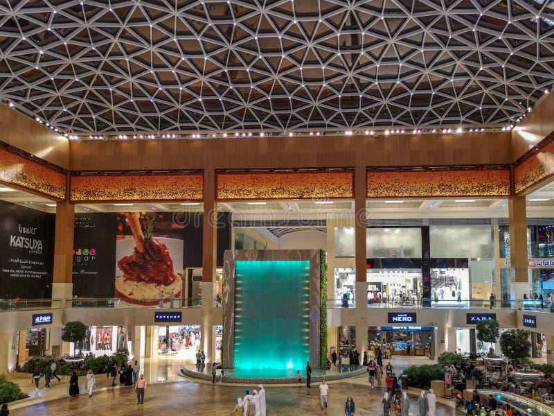 Design de interiores bonito do marco famoso da alameda de Yas na cidade de Abu Dhabi fotografia de stock