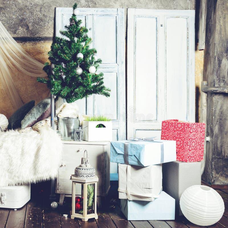 Design de interiores bonito do Natal Sala decorada com Christm fotografia de stock royalty free