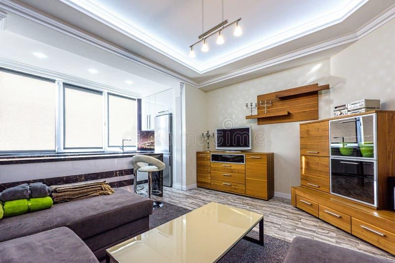 Design de interiores branco do apartamento da sala de visitas foto de stock