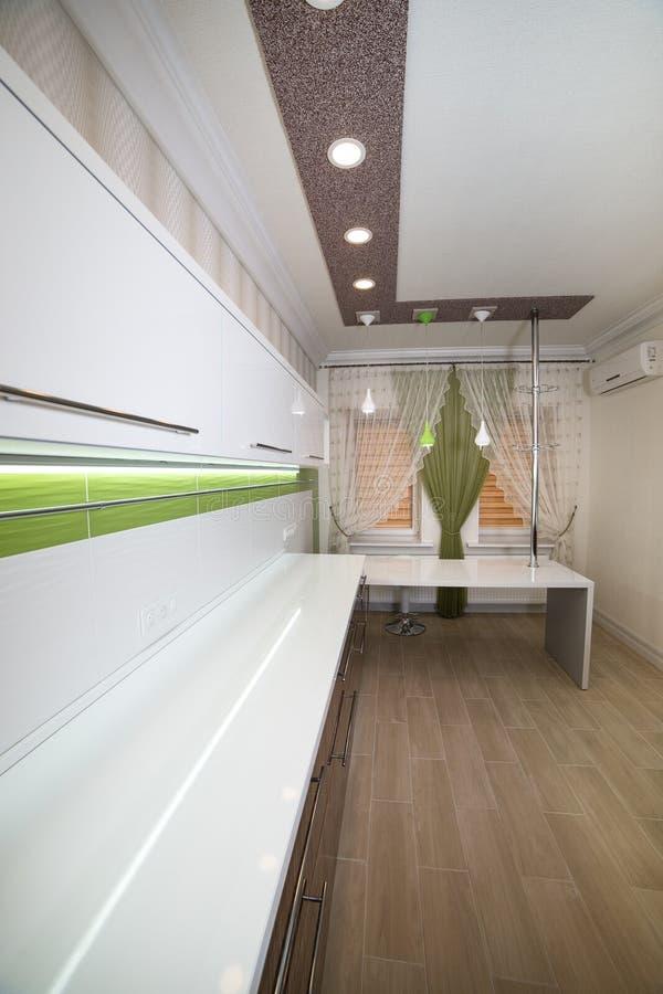 Design de interiores branco moderno da cozinha fotografia de stock royalty free