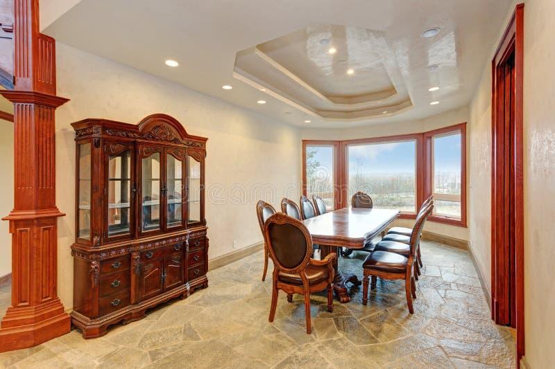 Design de interiores brilhante luxuoso da sala de jantar da mansão imagens de stock royalty free