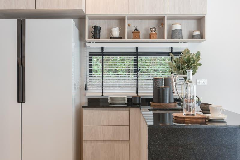 Design de interiores da cozinha de madeira decorada nova na casa luxuosa fotografia de stock