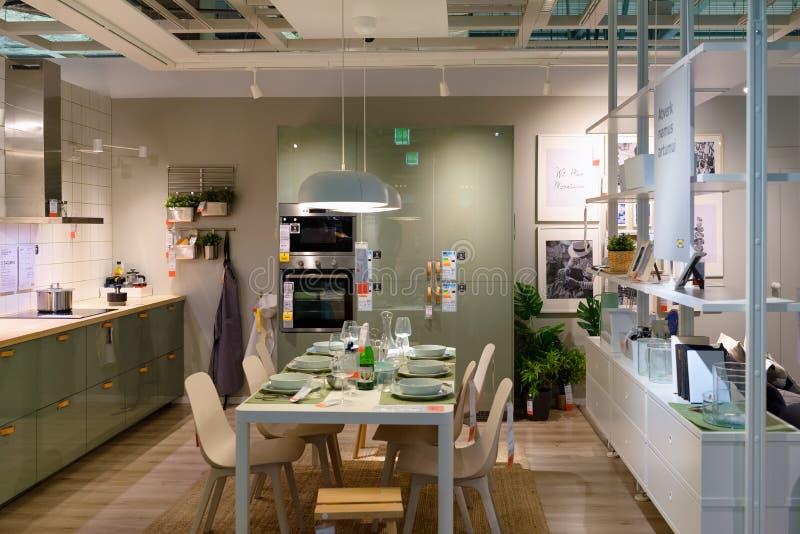 Design de interiores da loja de Ikea da mobília da cozinha imagens de stock royalty free