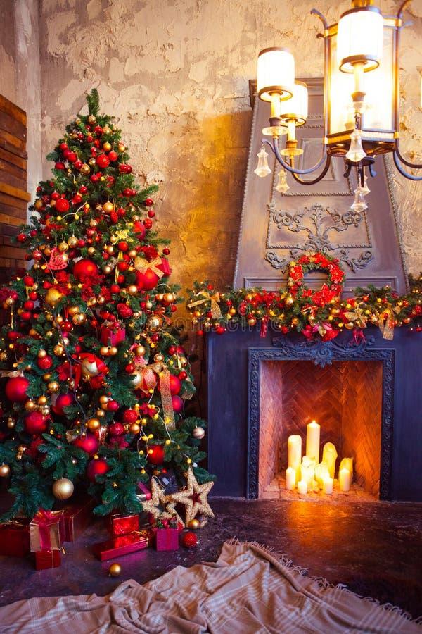 Design de interiores da sala do Natal, árvore do Xmas decorada pelo PR das luzes fotos de stock