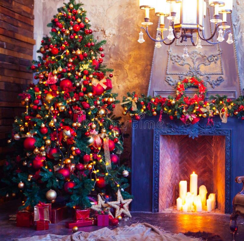Design de interiores da sala do Natal, árvore do Xmas decorada pelo PR das luzes foto de stock