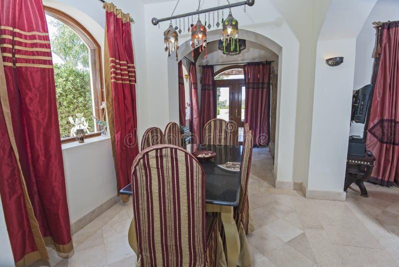 Design de interiores da sala de visitas luxuosa do apartamento com jantar do tabl fotos de stock royalty free