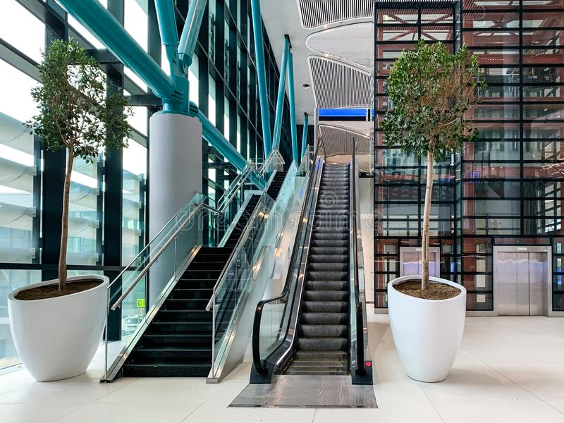 Design de interiores das ISTs novas do aeroporto que recentemente abriram e substituem o aeroporto internacional de Ataturk Istam foto de stock royalty free