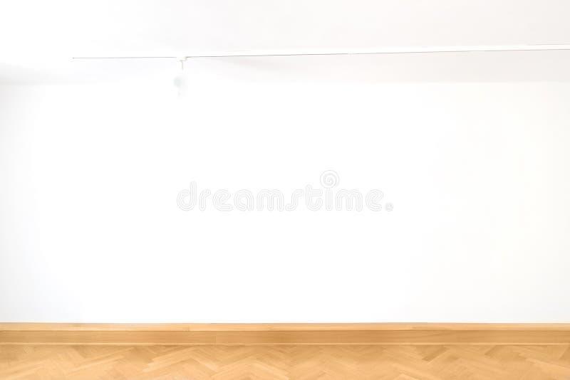 Design de interiores de madeira do parquet do assoalho da sala vazia branca da galeria de arte da parede vazia do cubo foto de stock