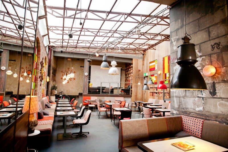 Design de interiores de um restaurante popular no centro da cidade velha imagens de stock royalty free
