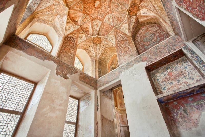 Design de interiores do teto e das colunas no palácio Hasht Behesht em Isfahan fotografia de stock royalty free