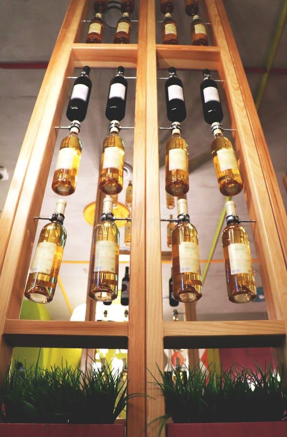 Design de interiores em um café, restaurante Garrafas do vinho imagem de stock royalty free