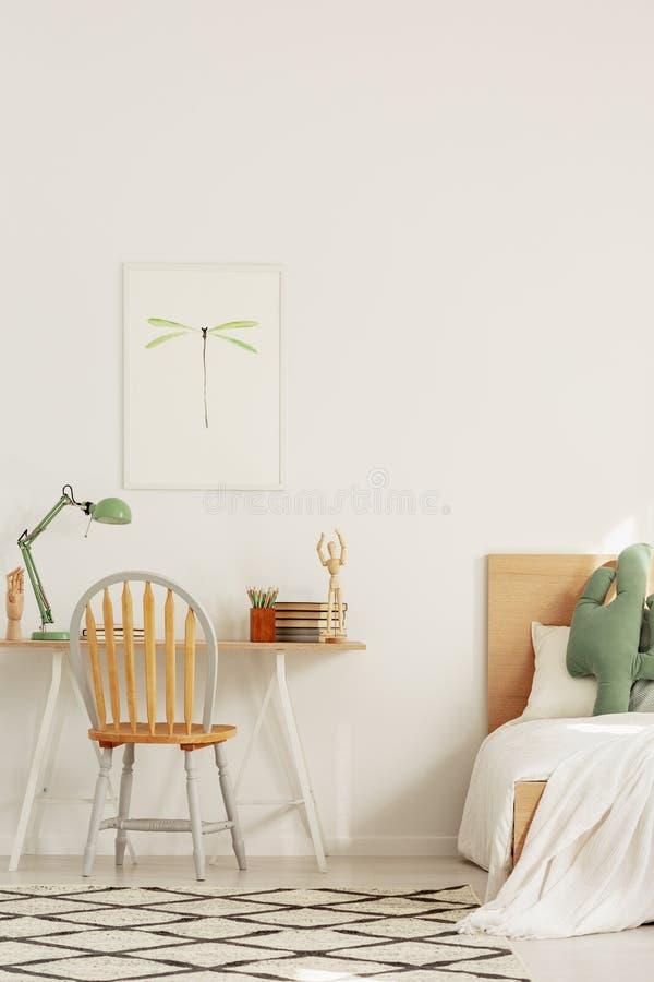 Design de interiores escandinavo para crianças, quarto e espaço de trabalho com mesa e cama fotografia de stock