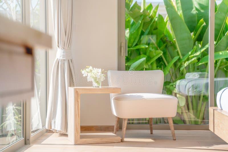 Design de interiores luxuoso, cadeira bonita no quarto na casa ou constru??o de casas imagem de stock royalty free