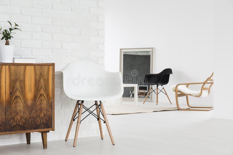 Design de interiores minimalista do sótão fotografia de stock