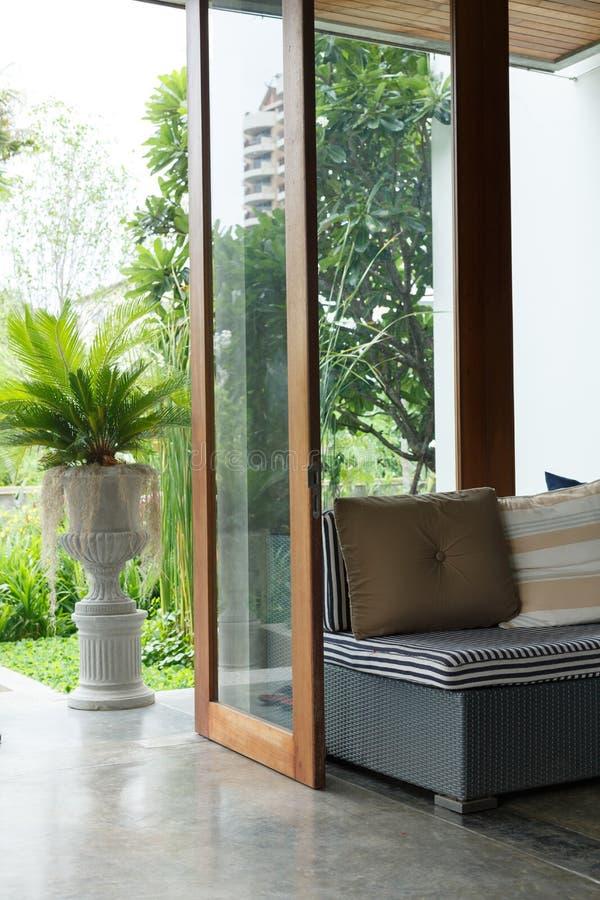 Design de interiores, mobília do sofá na sala de visitas imagens de stock