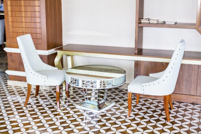 Design de interiores moderno de uma entrada do hotel com cadeiras e a tabela brancas do espelho imagem de stock