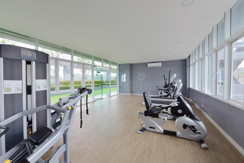 Design de interiores moderno do fitness center, Gym luxuoso fotos de stock