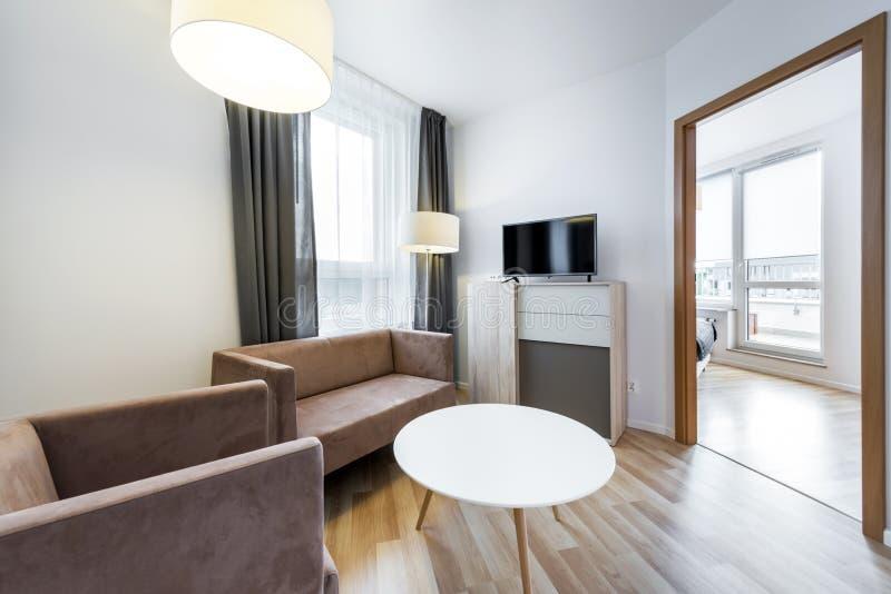 Design de interiores moderno: vista larga da sala de visitas imagens de stock