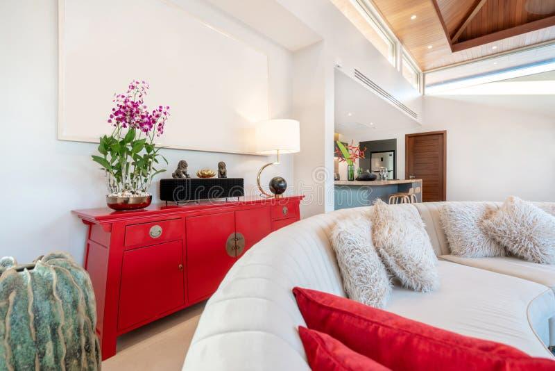 Design de interiores na sala de visitas com sof? ou sof? e tabela de madeira fotografia de stock