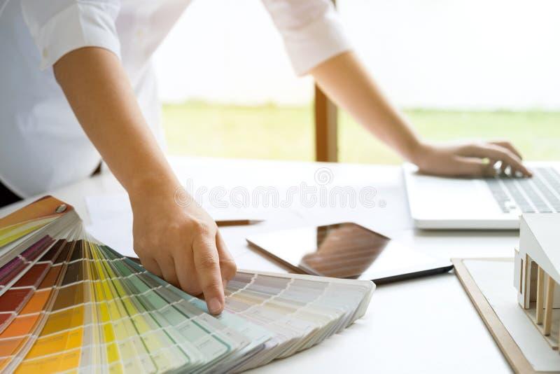 Design de interiores ou designer gráfico que trabalham no projeto do archit fotos de stock royalty free