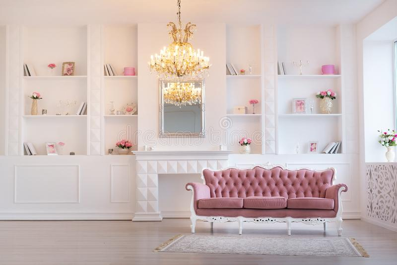 Design de interiores rico luxuoso da sala de visitas com as decorações clássicas elegantes da mobília e da parede Grande sala bra imagens de stock