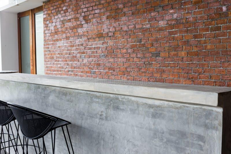 Design des Innenraums, Gegenstange gemacht vom Zement mit Eisensitz stockfotos