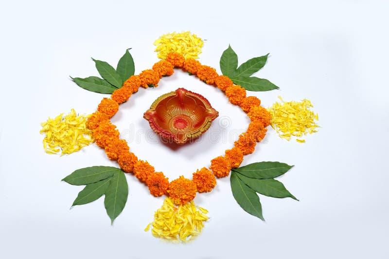 Design för ringblommablommarangoli för den Diwali festivalen, indisk festivalblommagarnering arkivbilder