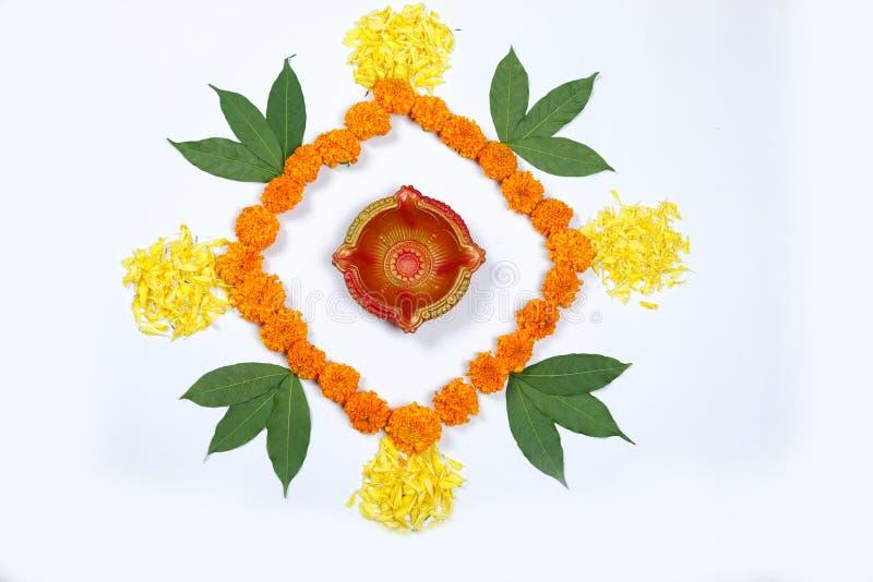 Design för ringblommablommarangoli för den Diwali festivalen, indisk festivalblommagarnering arkivfoton