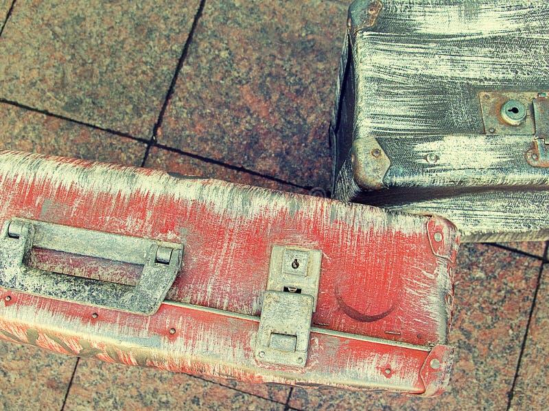 Design för stil för härliga resväskor för tappning sjaskiga forntida gamla retro Begreppslopp tonat foto fotografering för bildbyråer