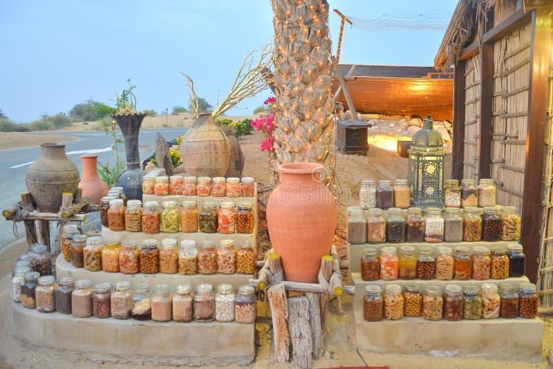 Design gemacht von den Konserven von Obst und Gemüse von in der Höhlenglaszusammensetzung mit Krug lizenzfreie stockfotografie