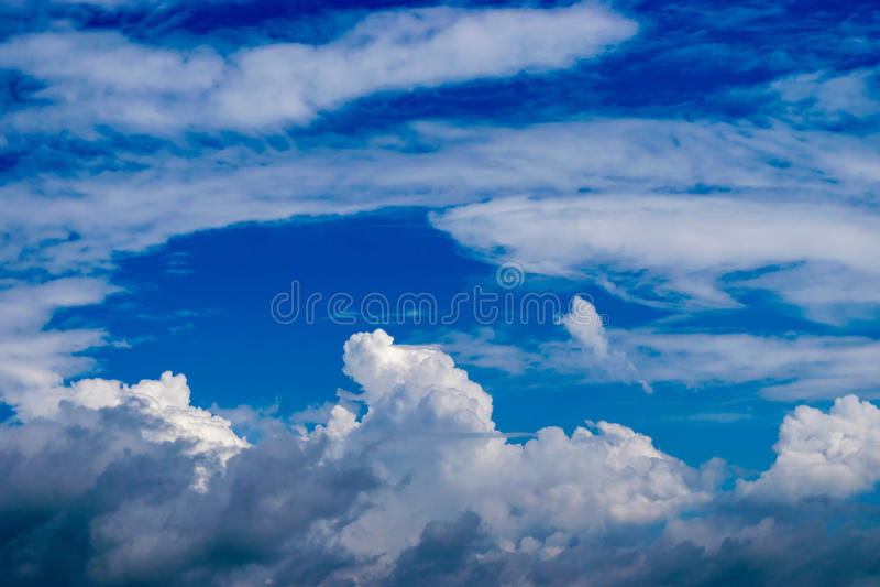 Design i himlen av molnet arkivfoto
