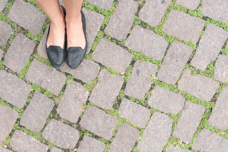Design och woman& x27 för trottoar för textur för grässtengolv; s-fot royaltyfri fotografi