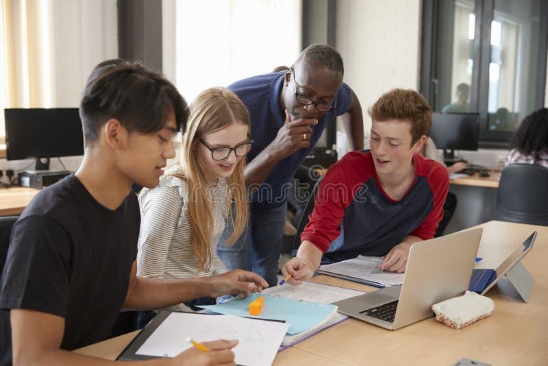 Design-Studenten mit Drucklabor Lehrer-Working Ins CAD/3D lizenzfreie stockfotografie