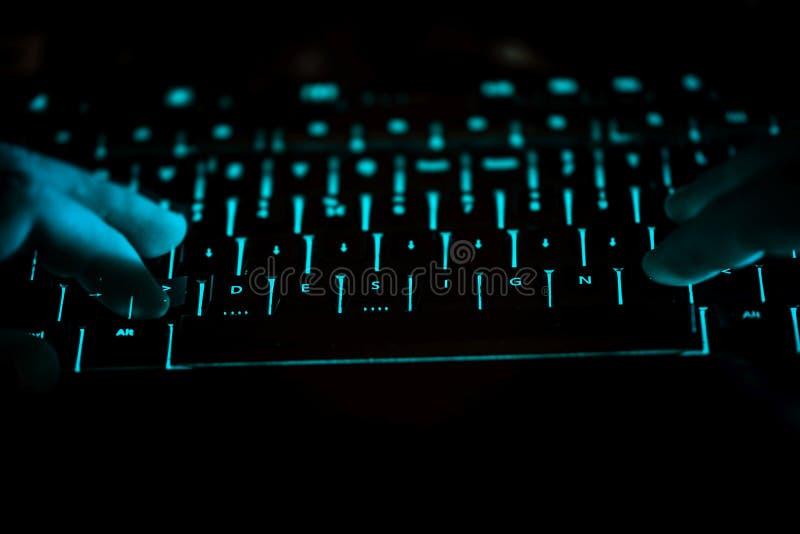 Design - Text auf belichteter Computertastatur nachts lizenzfreie stockbilder