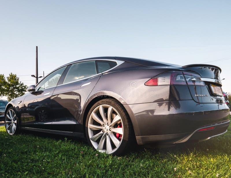 Design von modernen Elektroauto draußen Tesla-Motoren lizenzfreie stockfotos