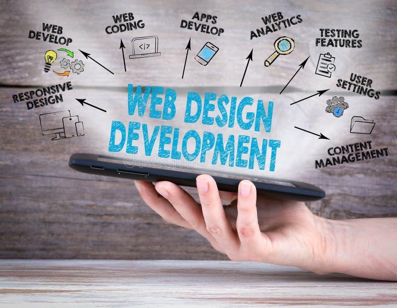 Design web e conceito do desenvolvimento tablet pc na mão Fundo de madeira velho foto de stock