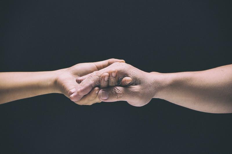 Designbakgrunden för abstrakt konst av handen för man` s rymde vid handen för dam` s, för att älska och att bry sig royaltyfria bilder