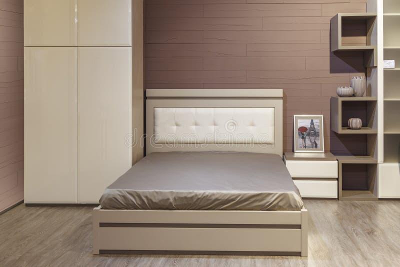 Designbedroom luxuoso à moda luxuoso da cama do sonho de madeira do sexo do estilo confortavelmente foto de stock royalty free