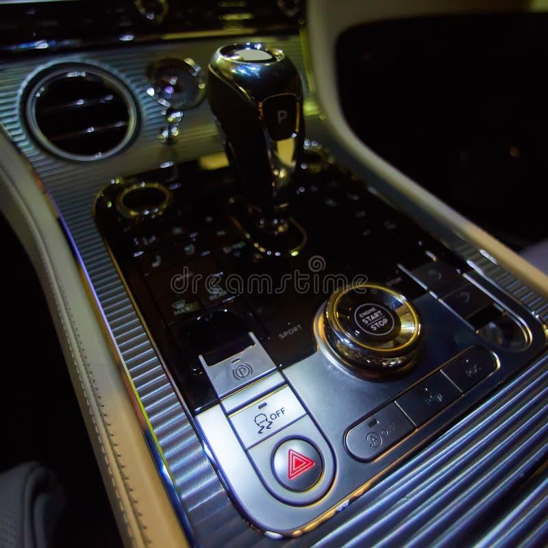 Designdetaljer av det minimalist begreppet av moderna bil- närbilddetaljer av den automatiska överföringen och växelspaken arkivbilder