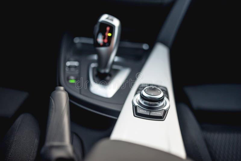 Designdetaljer av minimalist moderna bil- närbilddetaljer av den automatiska överföringen och knappar royaltyfri bild
