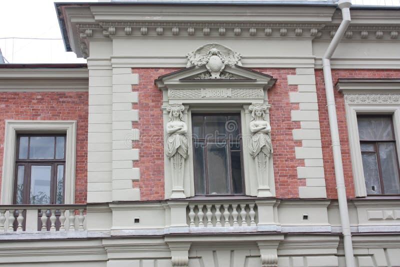 designen av fasaden med statyer av kvinnor i Petersburg royaltyfri bild